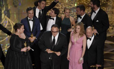"""De izquierda a derecha, Nicole Rocklin, Michael Sugar, Blye Pagon Faust, Steve Golin y el miembros del elenco y equipo de """"Spotlight"""" reciben el Oscar a la mejor película el domingo 28 de febrero del 2016 en el Teatro Dolby de Los Angeles."""