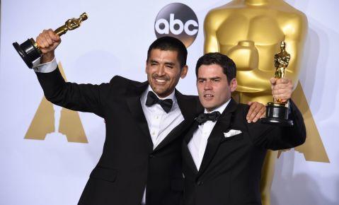 """El director Gabriel Osorio, a la izquierda, y el productor Pato Escala, de Chile, posan tras ganar el Oscar al mejor cortometraje animado por """"Historia de un oso""""."""