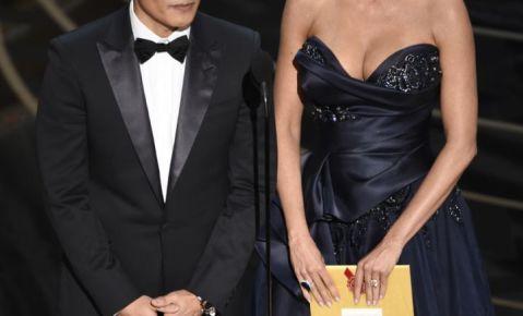 Byung-hun Lee, izquierda, y Sofia Vergara presentan el premio a la mejor película extranjera en la ceremonia de los Oscar.