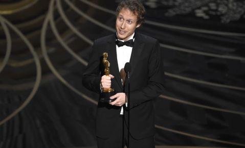 """El húngaro Laszlo Nemes recibe el Oscar a la mejor película extranjera por """"Hijo de Saúl""""."""