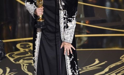 "Sharmeen Obaid-Chinoy recibe el premio al mejor cortometraje documental por ""A Girl in the River: The Price of Forgiveness""."