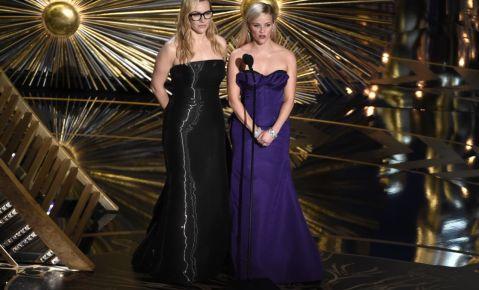 Kate Winslet, izquierda, y Reese Witherspoon presentan un premio en la ceremonia de los Oscar.
