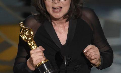 """Margaret Sixel recibe el premio a la mejor edición por """"Mad Max: Fury Road"""" en la 88a ceremonia de los Oscar."""