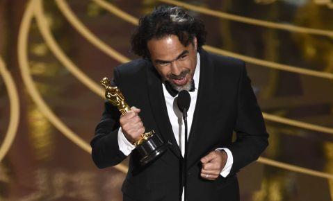 """Alejandro G. Iñárritu acepta el Oscar al mejor director por """"The Revenant""""."""