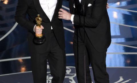 """Jimmy Napes, a la izquierda, y Sam Smith aceptan el Oscar a la mejor canción original por """"Writing's On The Wall"""", de """"Spectre""""."""