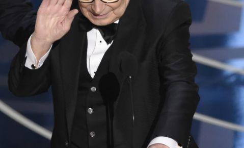"""Ennio Morricone acepta el Oscar a la mejor música original por """"The Hateful Eight""""."""