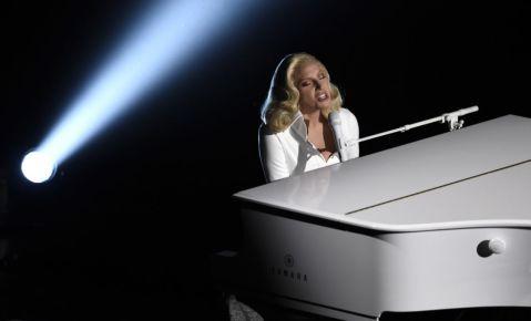"""Lady Gaga interpreta el tema nominado """"Til It Happens To You"""" del documental """"The Hunting Ground"""", durante la ceremonia de los Oscar."""
