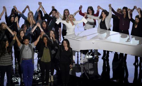 """Sobrevivientes de abuso sexual acompañan a Lady Gaga en el escenario de los Oscar mientras la cantautora interpreta el tema nominado """"Til It Happens To You"""" del documental """"The Hunting Ground""""."""