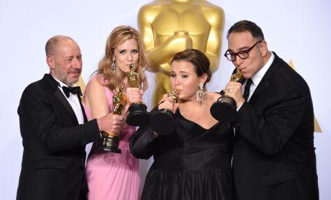 """Steve Golin, Blye Pagon Faust, Nicole Rocklin y Michael Sugar, de izquierda a derecha, posan tras ganar el Oscar a la mejor película por """"Spotlight""""."""