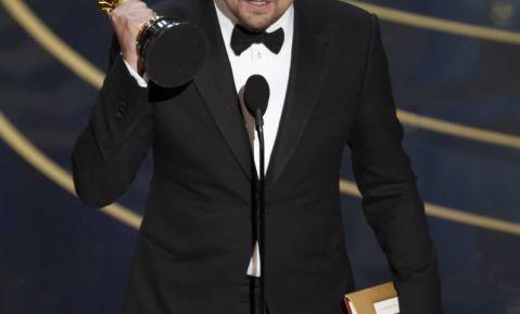 """Leonardo DiCaprio acepta el Oscar al mejor actor por su trabajo en """"The Revenant""""."""
