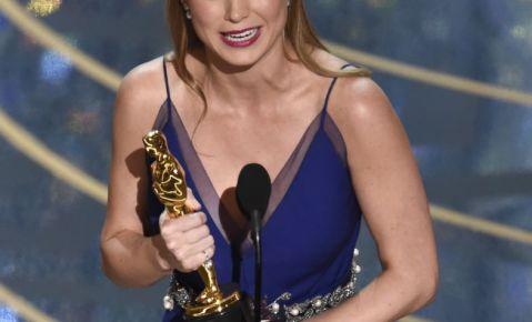"""Brie Larson acepte el Oscar a la mejor actriz por su trabajo en """"Room""""."""