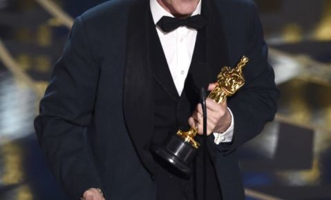 """Mark Rylance recibe el Oscar al mejor actor de reparto por su papel en """"Bridge of Spies"""" en la ceremonia de los Oscar."""