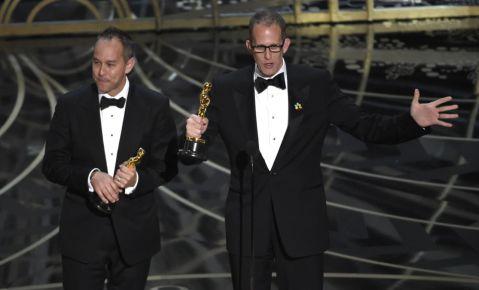 """El productor Jonás Rivera, izquierda, y el director Pete Docter reciben el premio a la mejor película animada por """"Inside Out""""."""